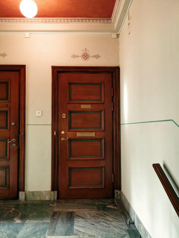 Säkerhetsdörr med klassiskt utseende med 4 speglar i ek och behör i mässing.